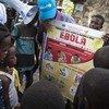 Le 5 juin 2018, des mobilisateurs sociaux soutenus par l'UNICEF s'adressent à un groupe d'enfants dans le centre de Mbandaka, République démocratique du Congo,  pour expliquer comment éviter de contracter le virus Ebola.