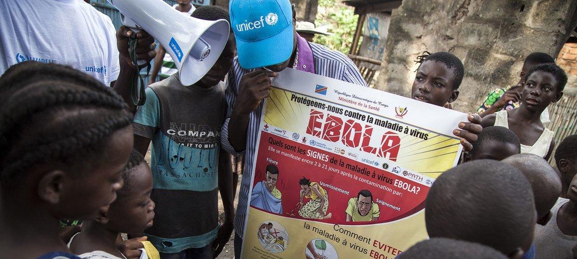 在刚果民主共和国的姆班达卡市中心,联合国工作人员正在向儿童宣传如何避免感染埃博拉病毒。
