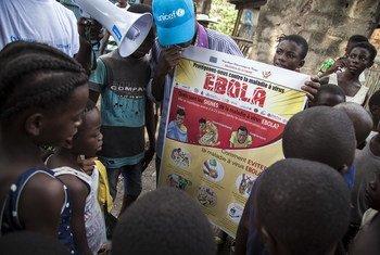 Des mobilisateurs sociaux soutenus par l'UNICEF s'adressent à un groupe d'enfants dans le centre de Mbandaka, en RDC, pour expliquer comment éviter de contracter le virus Ebola (Archives).