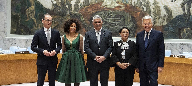 يصطف أعضاء مجلس الأمن المنتخبين حديثا في قاعة المجلس. (من اليسار إلى اليمين): هيكو ماس، وزير الشؤون الخارجية في جمهورية ألمانيا الاتحادية، لينديوي نونسيبا سيسولو، وزير العلاقات الدولية والتعاون بجمهورية جنوب أفريقيا، ميغيل فارجاس مالدونادو، وزير الشؤون ا