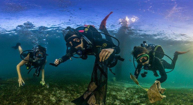 Como parte de la competición del Día Mundial de los Océanos, los fotógrafos marinos han estado llamando la atención sobre los peligros de la contaminación por plástico en los mares del mundo.