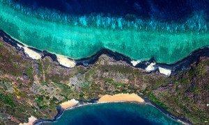 Vista aérea del océano Índico sobre Mayotte, la isla francesa al este de Mozambique.
