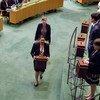 联大举行安理会非常任理事国选举。联合国工作人员拿着装有选票的票箱,行进在联大会堂内。