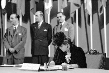 美洲妇女委员会主席、多米尼加共和国代表团成员伯纳迪诺于1945年6月26日在退伍军人战争纪念大楼举行的仪式上在《联合国宪章》上签字。