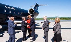 Le Secrétaire général de l'ONU, António Guterres, est accueilli par des officiels à son arrivée au Canada pour le Sommet du G7.
