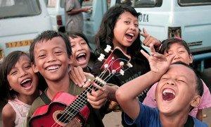 Vicheko na tabasamu kwa watoto wa mitaani mjini Jarkata , indonesia