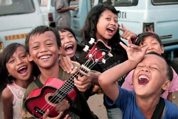 Rires et sourires des enfants des rues de Djakarta, en Indonésie.