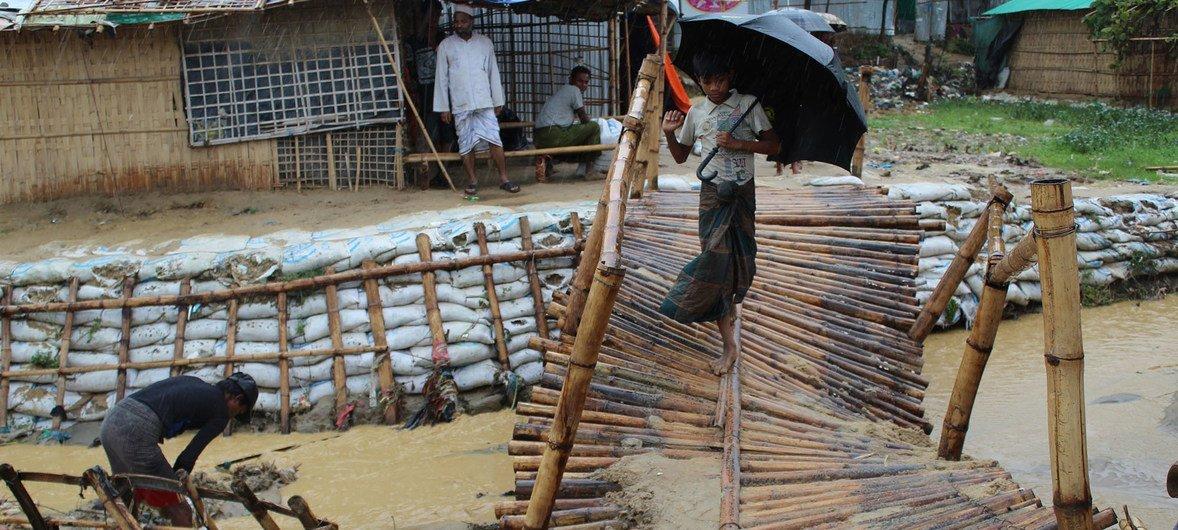 突如其来的洪水破坏了重要的基础设施,包括难民营内的这座桥。