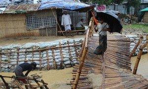 Наводнения привели к разрушению инфраструктуры, в том числе моста в лагере Балукхали