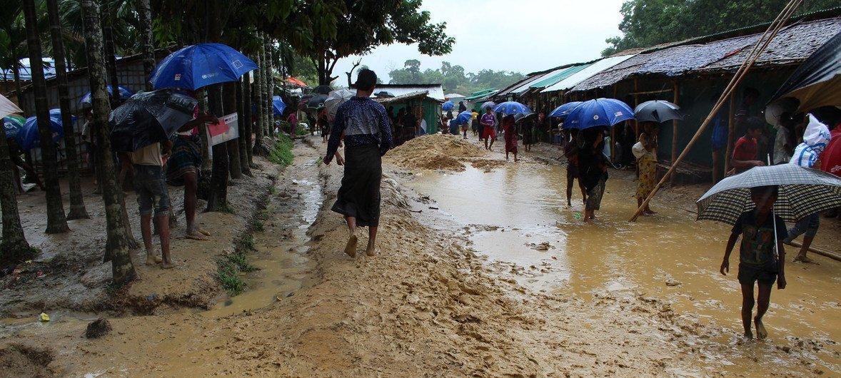 Проливные дожди сильно размыли почву в местности, где располагается лагерь беженцев рохинджа в Кокс-Базар, Бангладеш