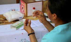 Una trabajadora de salud prepara una prueba de sangre para detectar la malaria.