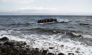 Una barca con decenas de sirios llega a las costas de Lesbos, en Grecia, en septiembre de 2015. Foto de archivo.