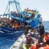 意大利海岸警卫队正在救援一艘船上的穿越地中海的移徙者。