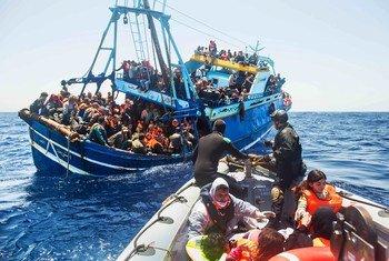 صورة من الأرشيف: البحرية الإيطالية تنقذ المهاجرين في البحر الأبيض المتوسط.