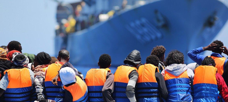 भूमध्यसागर पार करने की कोशिश कर रहे प्रवासी की जान एक बेल्जियम के जहाज ने बचाई.