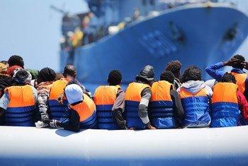 Des migrants traversant la mer Méditerranée secourus par un navire belge
