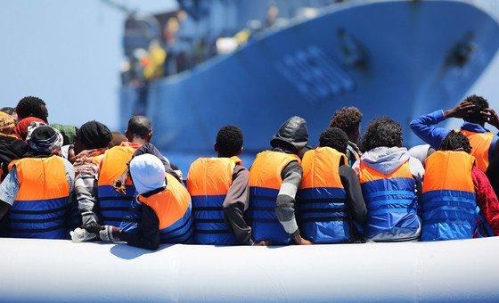 Pela lei internacional do mar, os países têm o dever de proteger os indivíduos em perigo mesmo que a embarcação não esteja na jurisdição do país