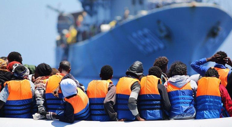 Un grupo de migrantes cruza el Mediterráneo en un barco de rescate belga.