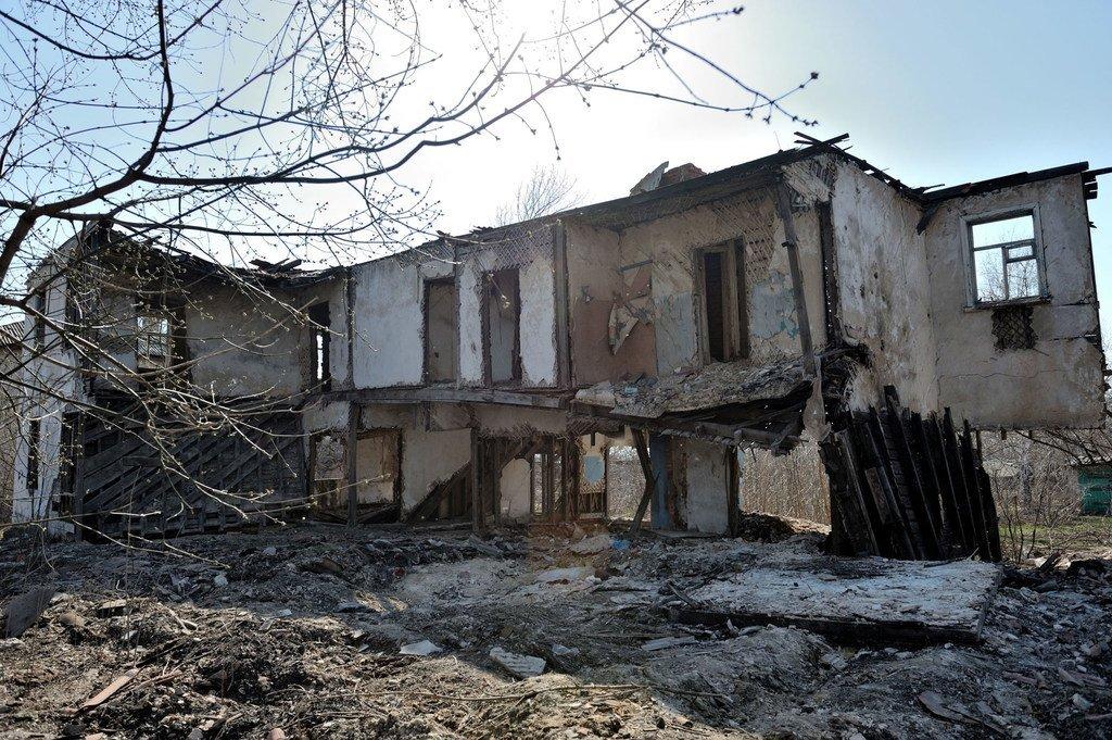 在乌克兰卢甘斯克地区的武装冲突中被摧毁的一个村庄的房屋遗骸。