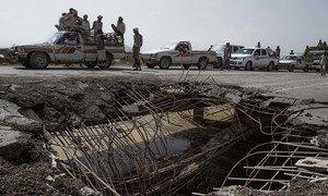 Vehículos esperando en fila para pasar sobre un puente dañado por un ataque aéreo en 2016. La carretera es una de las cuatro que unen Hodeida (Al Hudayda) con el resto del país.