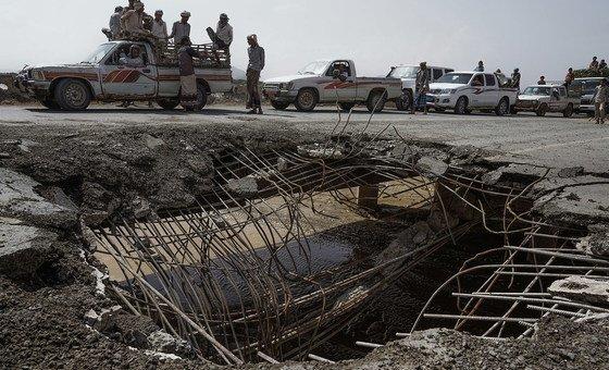 Эта дорога - одна из четырех, ведущих из порта Ходейда в другие районы Йемена. Мост был разрушено в результате воздушного удара.