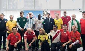 Embaixadores de países-membros do Conselho de Segurança posam com seus uniformes na Copa do Mundo de 2018.