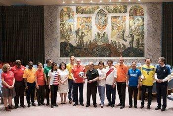 Secretário-geral António Guterres e embaixadores dos Estados-membros do Conselho de Segurança vestem camisa de sua nação em apoio à Copa do Mundo de 2018.