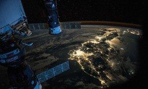 国际空间站飞过日本上空时拍摄的照片。