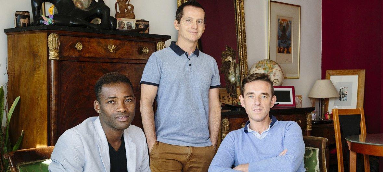 Christophe y Armand acogen a Louis, un refugiado de Mali en su apartamento de una habitación en París. Louis fue perseguido por su orientación sexual y sus actividades en la comunidad LGBT.