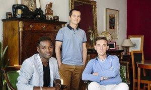 Christophe e Armand acolhem Louis, à esquerda. O jovem teve de fugir do Mali devido à sua sexualidade e atividades com a comunidade Lgbti