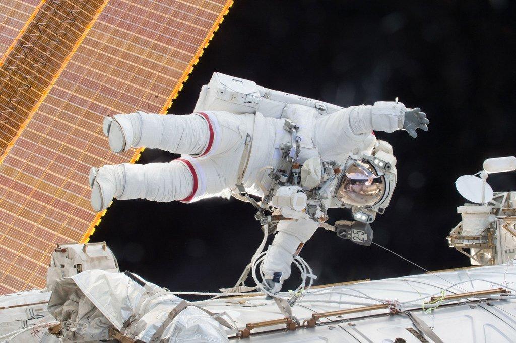 2015年12月21日,美国宇航局宇航员斯科特·凯利(Scott Kelly)在进行太空行走。