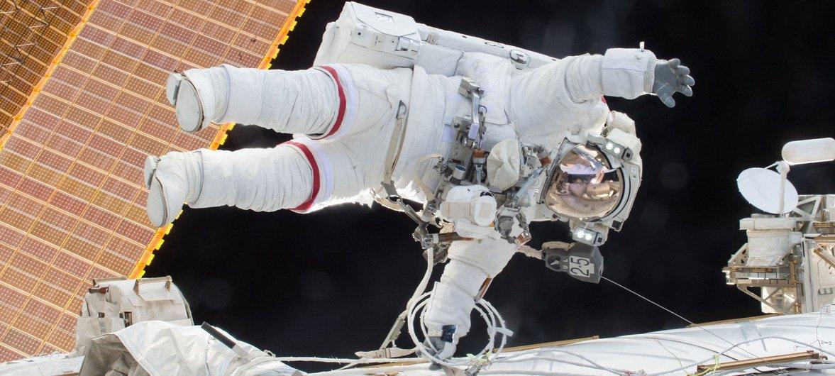 Mwana anga wa NASA Scott Kelly akielea wakati wa kutembea angani 21 Desemba 2.0.+1+5 wakati yeye na mwanaanga mwezie Tim Kopra akichomoa vifaa katika kituo cha anga.