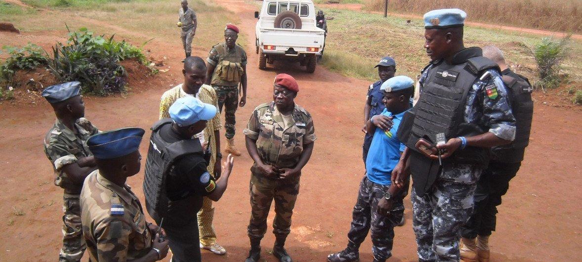 Un officier de police du Togo mène une évaluation conjointe de la situation sécuritaire à Bangassou, dans l'est de la République centrafricainIe. (Archives)
