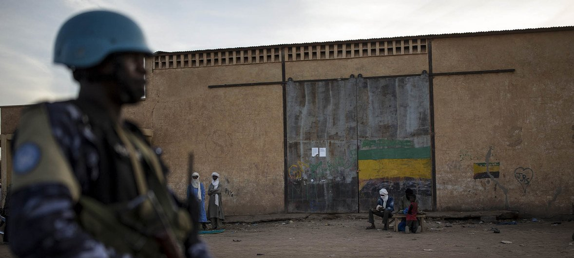 Un miembro del contingente togolés de MINUSMA garantiza la seguridad, en las calles de Menaka, en el norte de Mali.