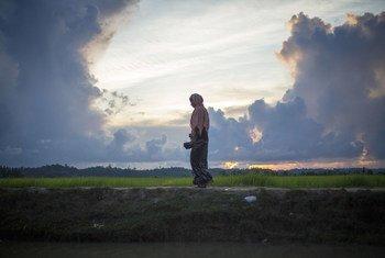 Mulher rohingya cruza a fronteira entre Mianmar e Bangladesh