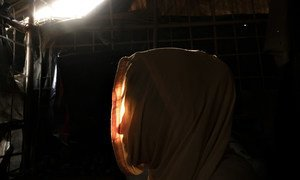 A l'intérieur d'un abri fait de bambou et de plastique dans un camp de réfugiés au Bangladesh, Maryam, réfugiée rohingya, raconte les événements qui l'ont forcée à quitter son foyer au Myanmar à la suite d'une agression sexuelle qui l'a laissée enceinte à
