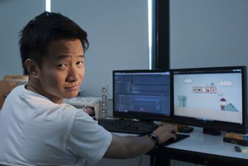 Ce jeune homme en Thaïlande travaille dans une entreprise qu'il a créée avec des collègues rencontrés à l'université.
