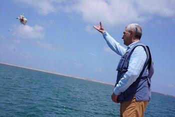 Kamishna Mkuu wa shirika la Umoja wa Mataifa la kuhudumia wakimbizi, UNHCR Filippo Grandi, akirusha shada la maua kwenye bahari ya Mediteranea, kutokea pwani ya Libya ikiwa ni kumbukumbu ya watu waliopoteza maisha yao wakijaribu kuvuka bahari kwenda Ulaya