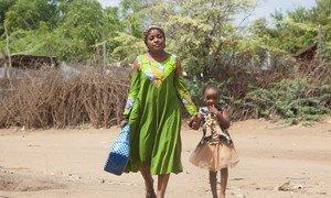 Esperanza na bintiye wakitembea kambini Kakuma