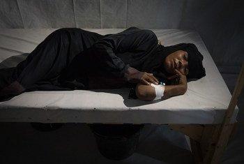 Mtu anayeshukiwa kuugua kipindupindu akiwa kitandani katika hospitali huko Hodeida.