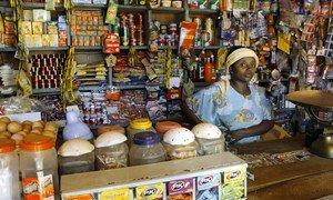 Mmiliki wa duka akiwa dukani  katika kambi ya wakimbizi ya Kakuma nchini Kenya