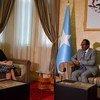 联合国主管政治事务的副秘书长迪卡洛今天在索马里首都摩加迪沙与索马里总统法马约举行会晤。这是迪卡洛于今年四月上任后首次以副秘书长的身份出访。