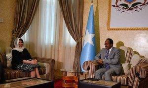 La Secrétaire générale adjointe des Nations Unies aux affaires politiques, Rosemary DiCarlo, lors d'une réunion avec le Président fédéral de Somalie, Mohamed Abdullahi Mohamed Farmaajo, le 7 juin 2018 à Mogadiscio.