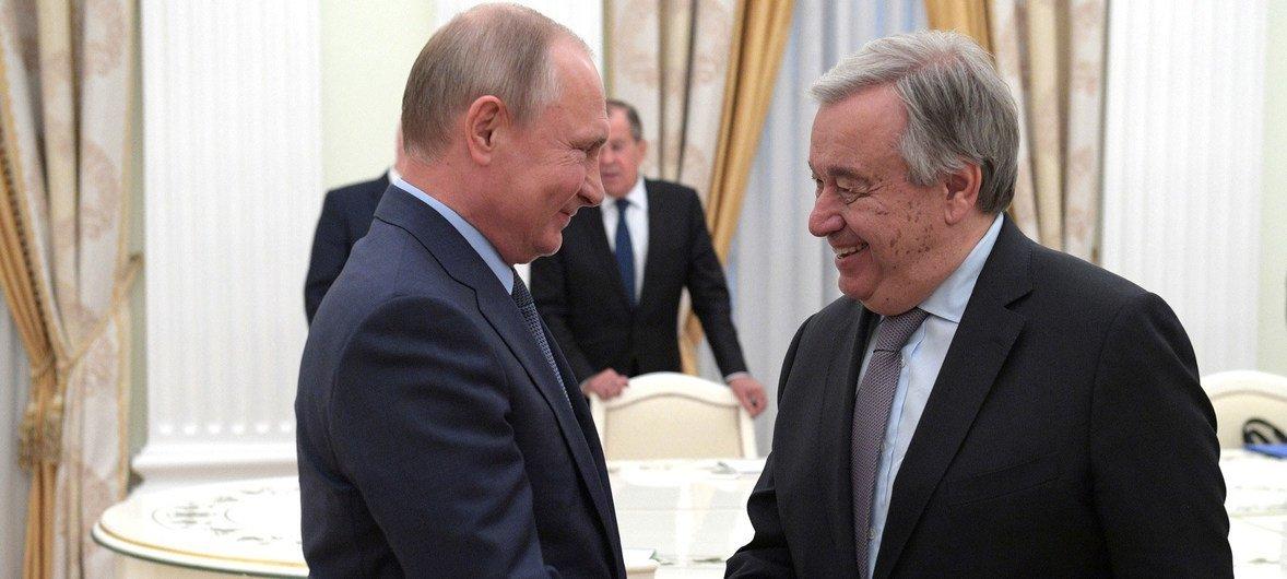 Katibu Mkuu wa Umoja wa Mataifa António Guterres(kulia) akishikana mikono na Rais wa Urusi Vladimir Putin Kremlin Moscow