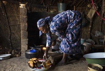 Cette jeune femme de 38 ans a perdu son mari en République centrafricaine et a fui vers un camp de réfugiés au Cameroun avec ses cinq enfants.