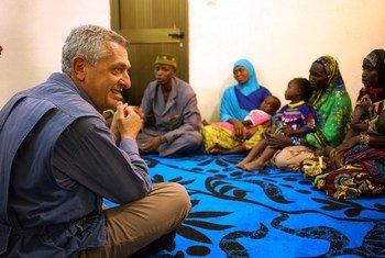ilippo Grandi, Haut Commissaire des Nations Unies pour les réfugiés, discute avec des réfugiés nigérians dans le nord du Mali