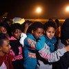 从利比亚拘留中心被撤离的人员乘坐飞机抵达尼日尔。