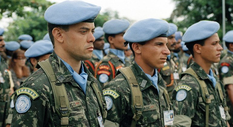 Peacekeepers of the United Nations Angola Verification Mission III (UNAVEM III) Brazilian battalion on welcome parade during the visit of Secretary-General Kofi Annan.  25 March 1997.