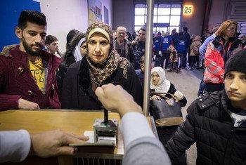 联合国难民署的安置计划给了难民家庭带来了希望。 在德国,这个叙利亚家庭刚从埃及乘坐包机飞抵汉诺威机场,移民官正在他们的护照上盖章。