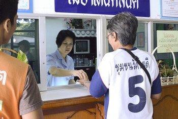 在泰国, 人们用美沙酮替代疗法减少对海洛因一类的阿片类药物的依赖。